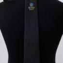 Cravate personnalisée ( fond noitr+ logo bicolore brodé sous le nœud), personnel agence de sécurité