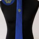 cravate jacquard personnalisée bleue, logo jaune sous le nœud, anciens éleves école militaire