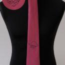 cravate tissée jacquard bordeaux, personnalisée avec le nom de l'amicale brodé en noir