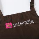 Bavette de tablier coloris moka, brodée 3 couleurs, vendeur boutique franchisée