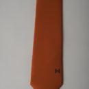 Cravate rouge avec logo noir imprimé en base