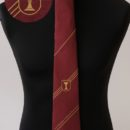 Cravate personnalisée (fond bordeaux, rayures et logo or), membres confrérie