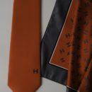 cravate et foulard imprimés coordonnés, personnel salon