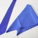 Cravate et foulard unis strictement coordonné (utisation du même tissu)