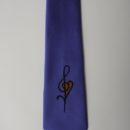cravate bleue jaquard, clef de sol brodée au centre, membres chorale