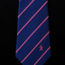 Cravate en soie personnalisée bleue, rayures roses + logo rose brodé en base, anniversaire entreprise